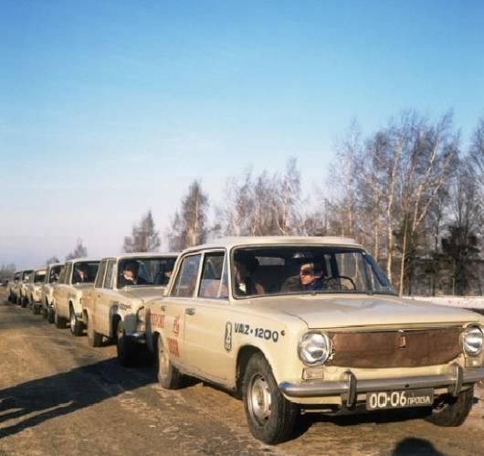 колонна автомобилей ВАЗ-2101, Тольятти, 1971 год /Репродукция Фотохрон